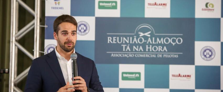 Governador do RS, Eduardo Leite, fala sobre os desafios do Estado na Tá na Hora de setembro
